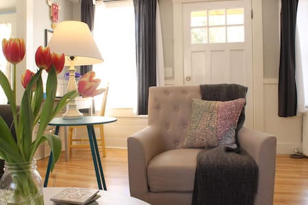 Bright 'n Cozy Cottage in Historic Concord