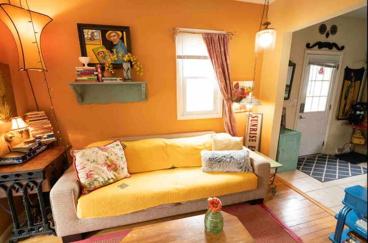 Cozy Artist's Abode, ENTIRE Home-Wifi,NetFlix +