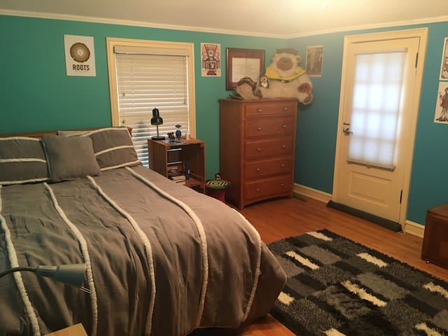 Two Rooms Near the Lake in Whitefish Bay