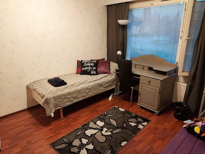 Rauhallisesta asunnosta majoittujalle makuuhuone