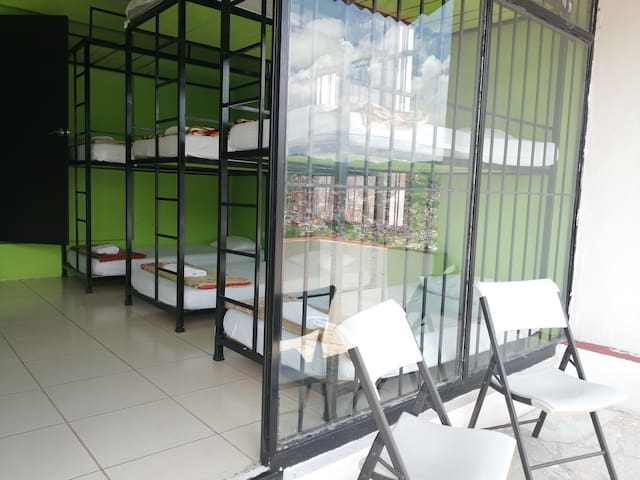 Habitación compartida, con varias camas para convivir y platicar con huespedes