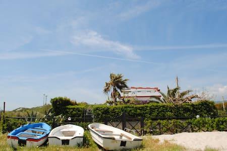 Appartamento sulla spiaggia con giardino privato - Santa Caterina Dello Ionio Marina - Leilighet