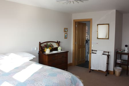 Quiet large bedroom in family home. - Pilsley
