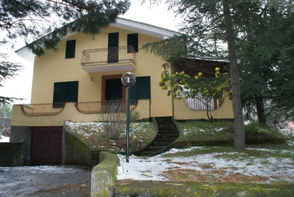 Villa immersa nei boschi dell 39 etna case in affitto a for Case moderne nei boschi
