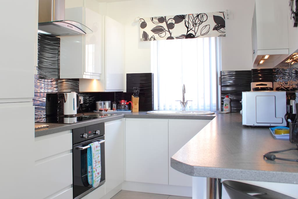 Fully integrated kitchen with good quality utensils