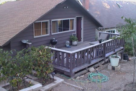 Roomy studio/bungalow -walk to lake - Lake Arrowhead - Bungalov