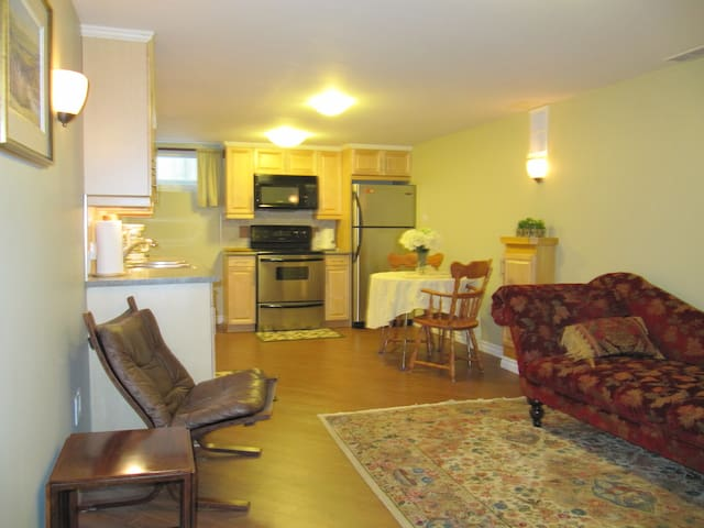 Self Contained Cozy Suite - Calgary - Ház