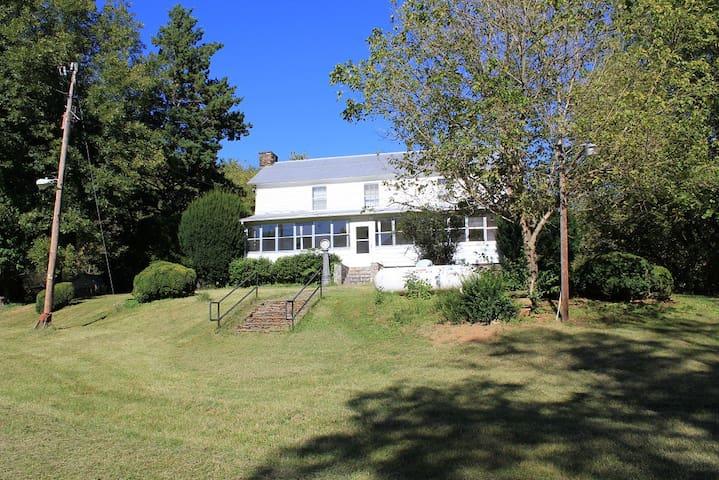Hunting and fishing farmhouse cabin - Ferrum