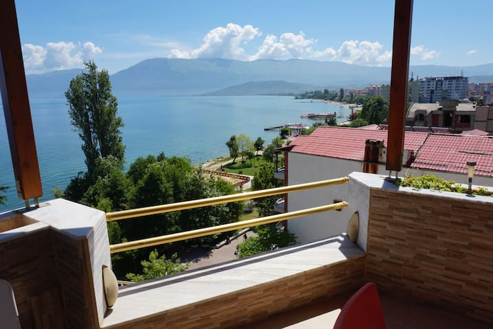 8th Floor Apartment with a 180° Lake View