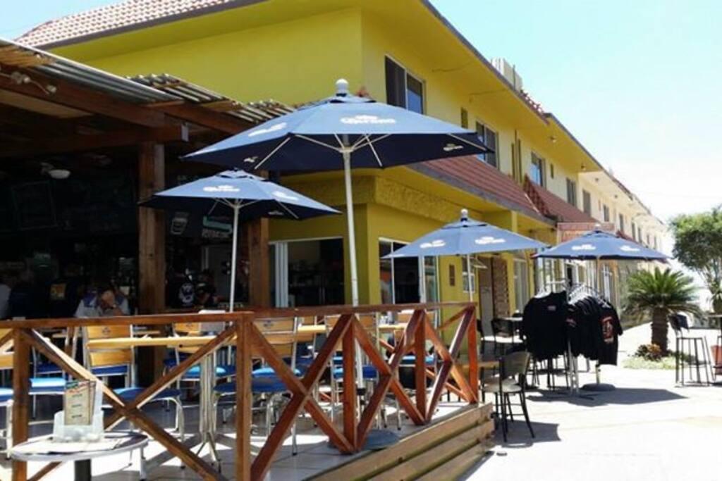 A la entrade del edificio se encuentra el restaurante Lucky B Lucky B is a restaurant  at the entrancece of the building