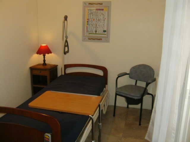 Chambre accessible et simple  - La Neuville-en-Tourne-à-Fuy