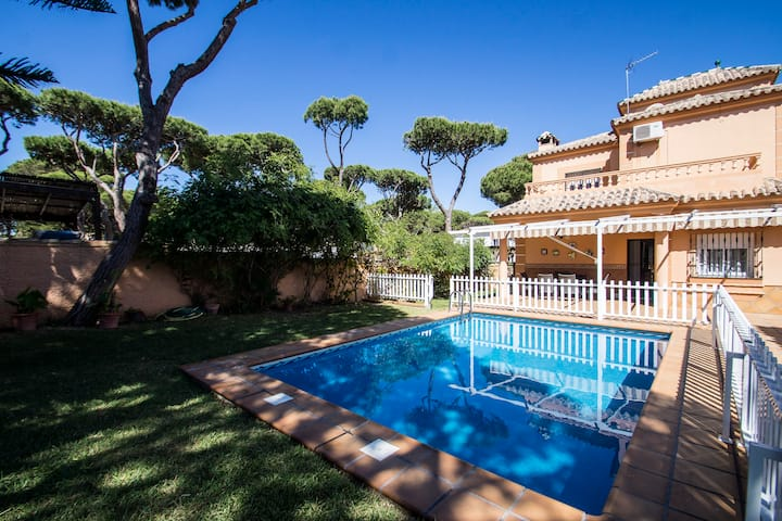 """Lovely villa in a perfect location"" - La Barrosa"