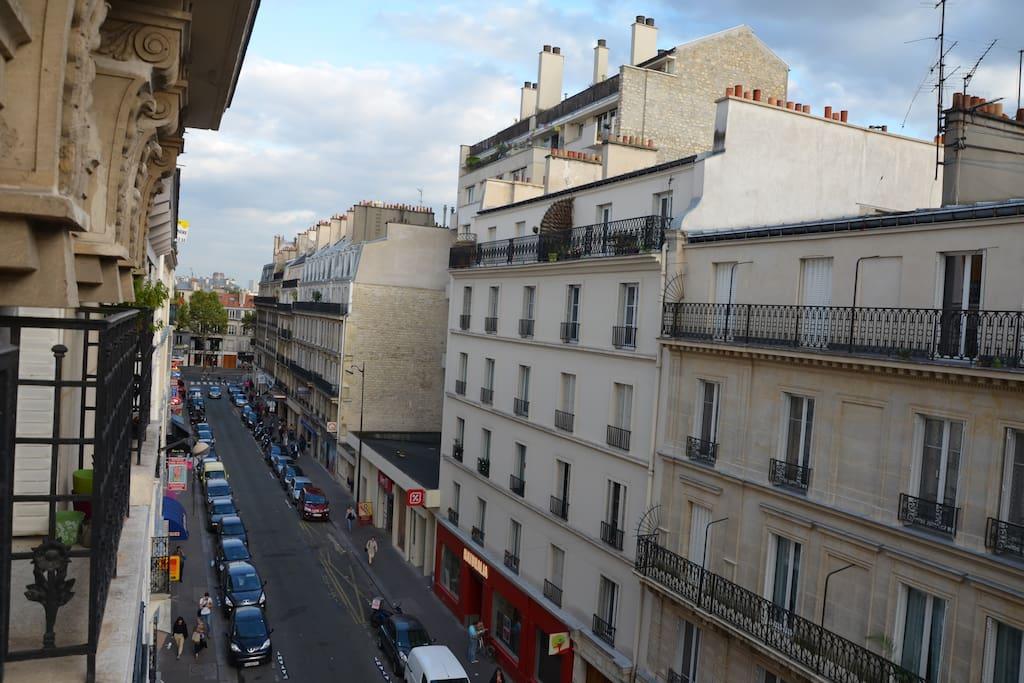 au bout de cette rue, l'avenue du Général Leclerc ainsi que la bouche de Métro Mouton Duvernet (ligne 4)