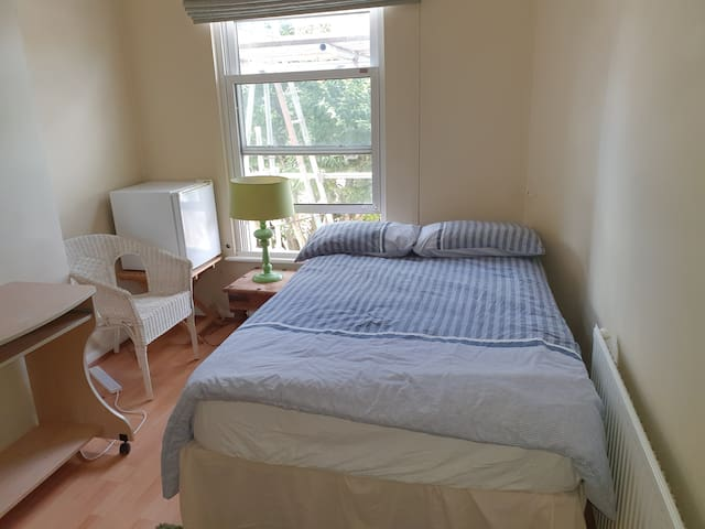 Double room/sleeps 2 in a clean cosy house