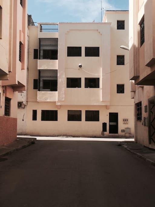 Immeuble situé dans un quartier très calme de Fès. Gardien à l'entrée de la résidence