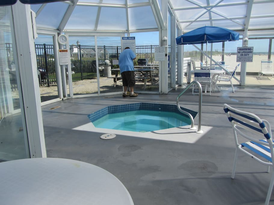 Whirlpool in pool enclosure