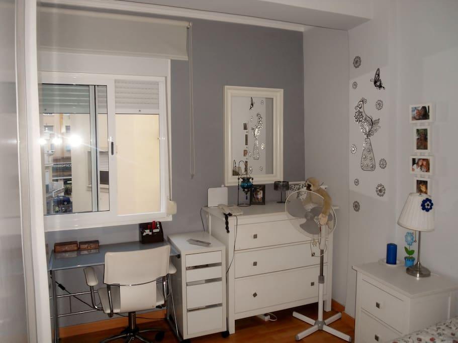 escritorio, ventilador, armarios. cómoda, luminosa
