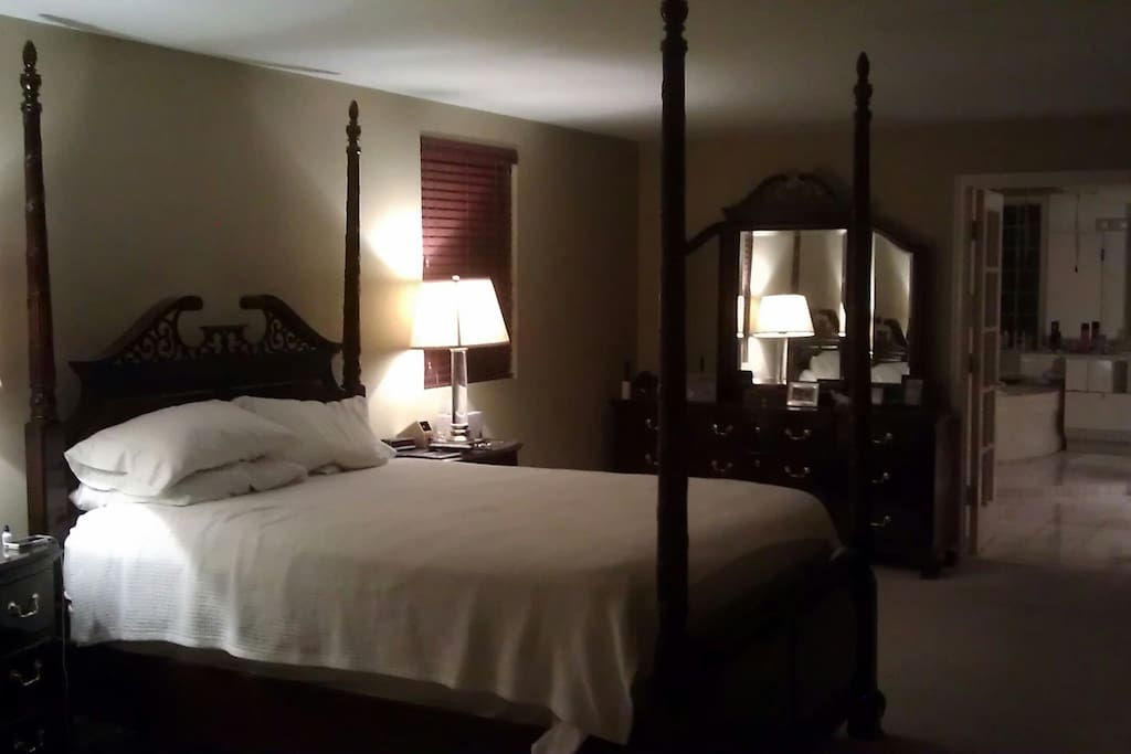 Queen bed with in suite master bath, steam room And jacuzzi tub.