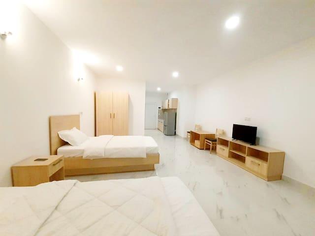 两张床+私人浴室+山景+海景+城市景观+健身房+游泳池