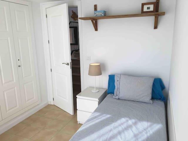 Habitación pequeña 1 cama de 90 x 200 cm