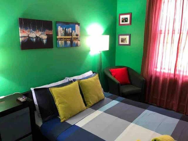 king hostel green room