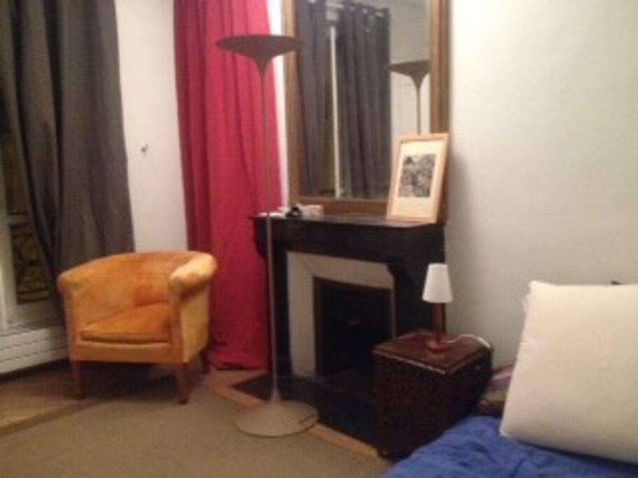Deuxième chambre chaleureuse pour 2 avec table basse et fauteuils
