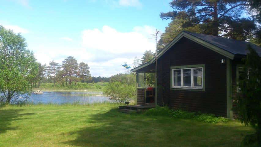 Litet enkelt hus med egen sjötomt vid nationalpark