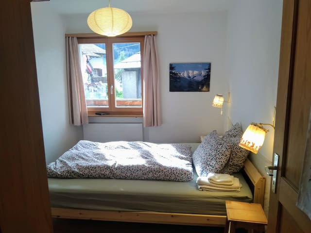 Kleines Zimmer mit Schrank und  einem Bett mit den Massen 140x200cm