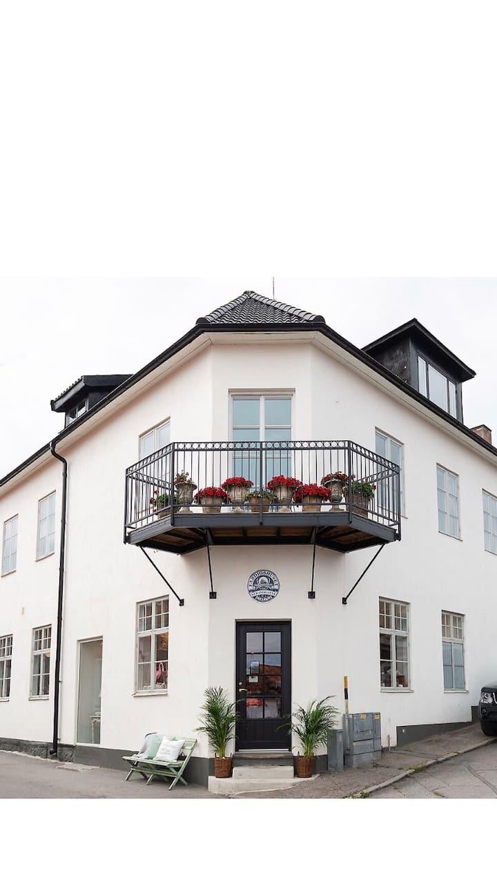 Rum 1 i sekelskiftesfastighet i centrala Öregrund