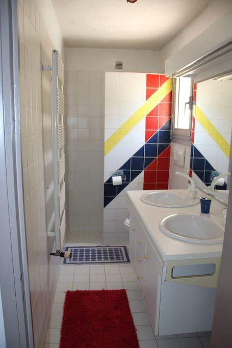 2 lavabos, une douche et un WC