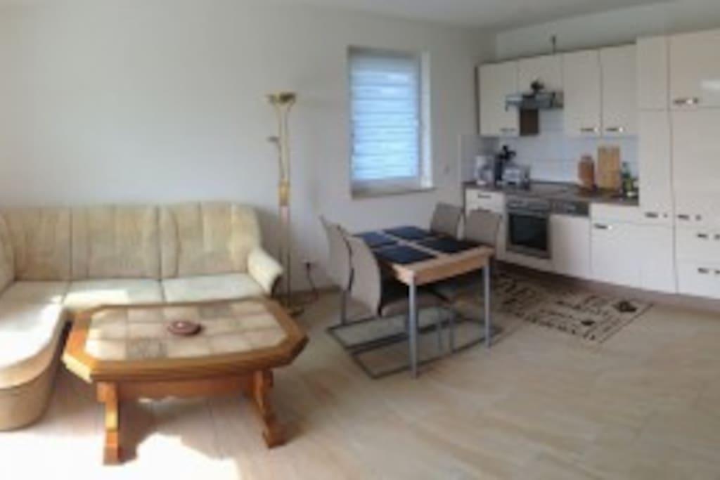 Wohnzimmer mit kompl. Einbauküche, Doppel-Schlafcouch und Esstisch