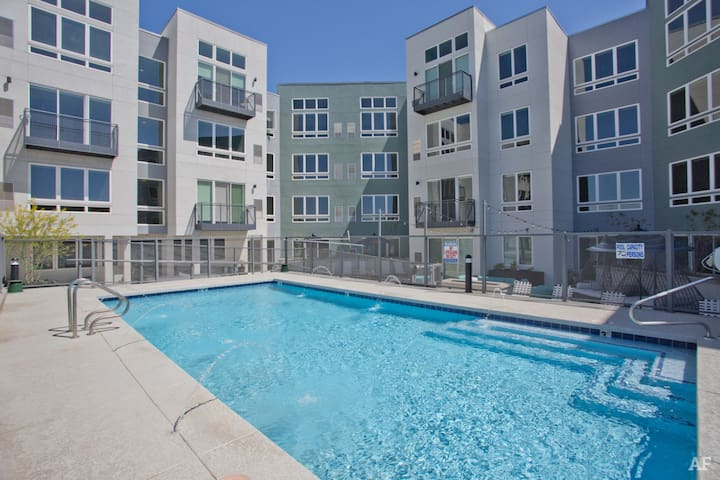 C3│Top Floor w/ View│King Bed│Downtown Light Rail
