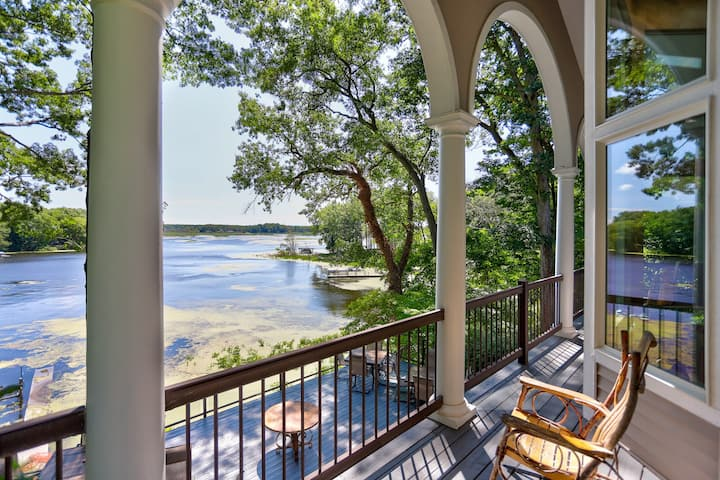The SaugaBuck House - Lakefront 5BR House