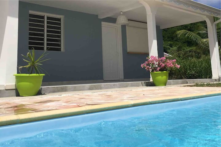 Logement avec piscine au bord de mer