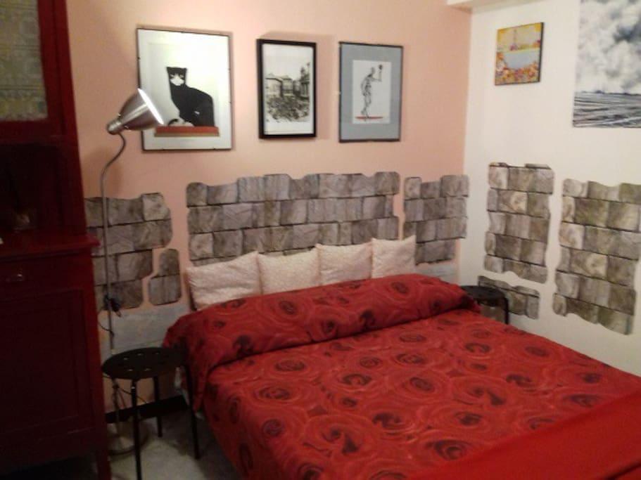divano letto sistemato nell'ampio ingresso