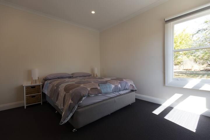 Main bedroom, queen bed, mirrored wardrobes