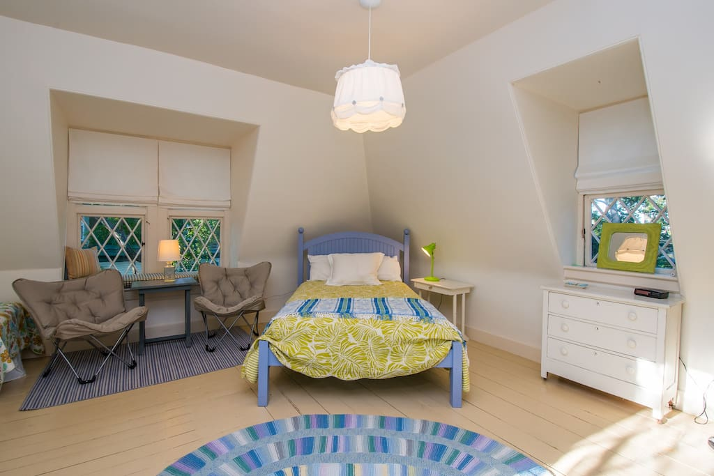 Full size bed,  Bright light, high ceilings, spacious layout! good for family of 4 as well.