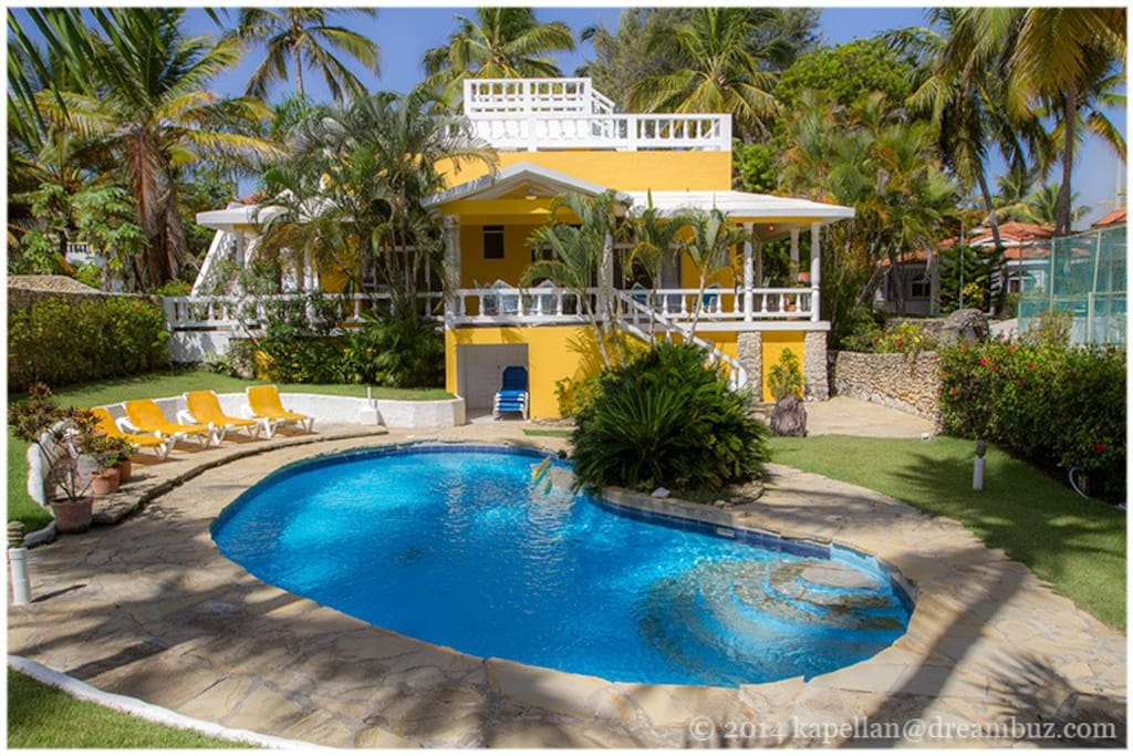 Bright yellow house in Cabarete Bay equals perfect beach vacation