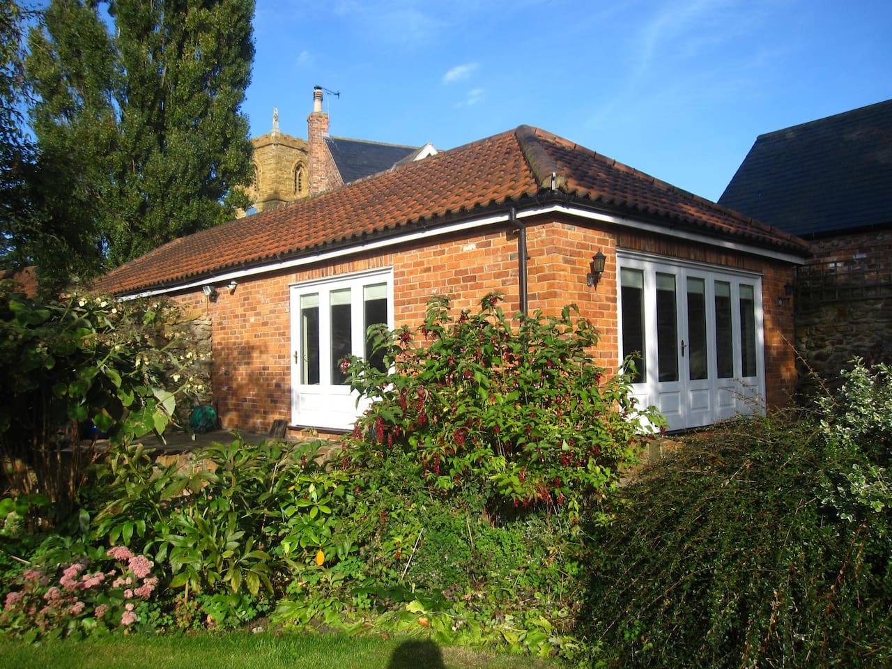 Independent light studio overlooking the garden and separate from the main house.