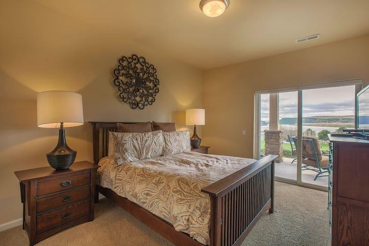 Downstair bedroom.