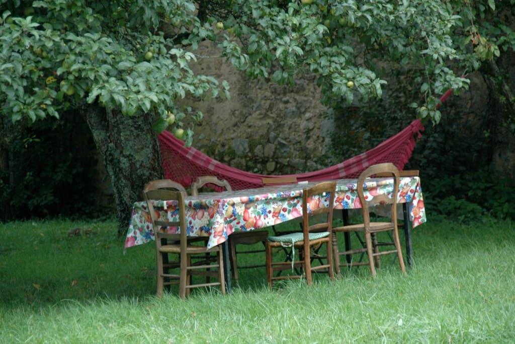 lekker onder de bomen tafelen