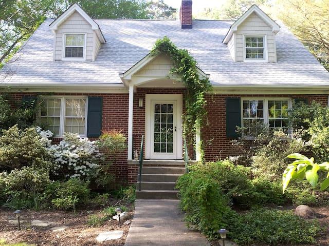 Black Dog Cottage: The Bibi Room - Winston-Salem - Casa