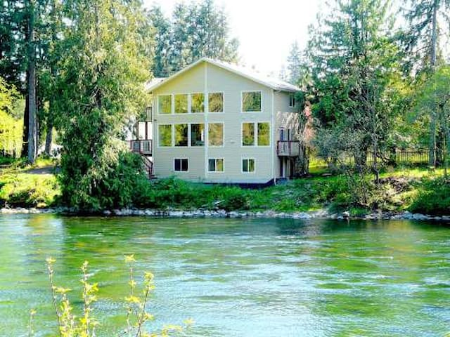 Right on the River Vacation Home - Campbell River - Haus
