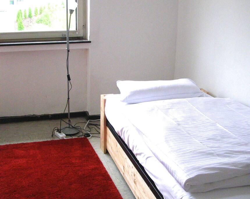 die Betten sind mit Bio-Satin-Bettwäsche bezogen
