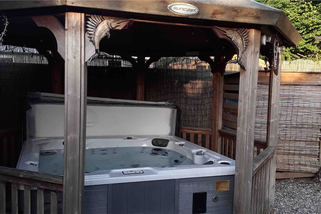 Private Hot tub, great for family or relaxing on your own.