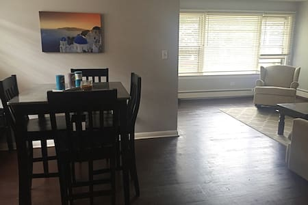 Great apartment, easy access to Downtown Chicago. - Berwyn