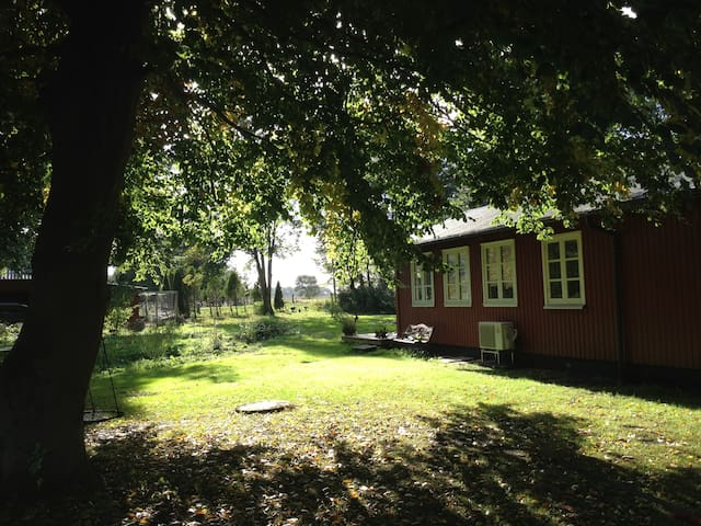 Charming summer cottage in the outs - Taastrup - Hus