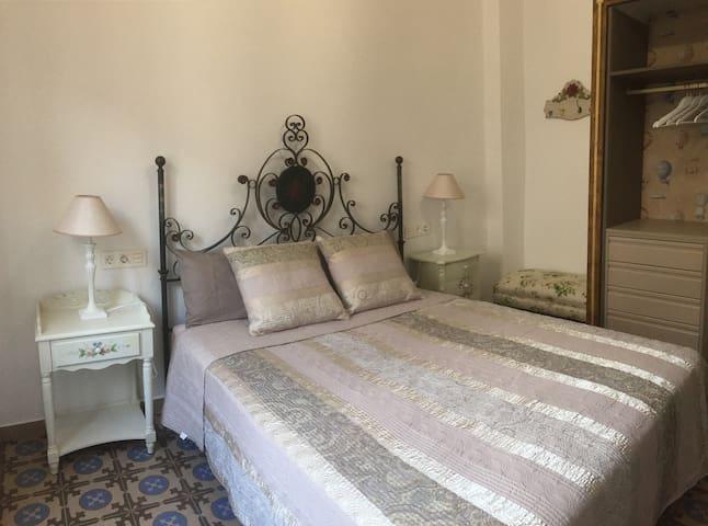 Dormitorio cama de matrimonio XL con armario vestidor y climatización