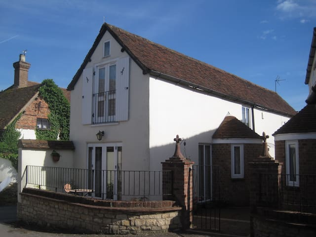 A cosy cottage with good access to London & Oxford