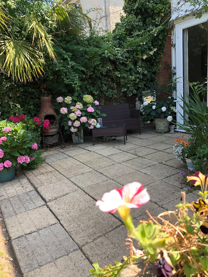 SINGLE ROOM-FEMALE ONLY. 2km Bournemouth/Beaches